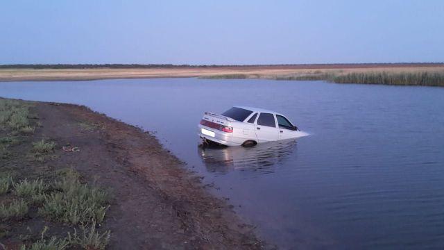Отдых на реке закончился для ставропольцев потерей машины