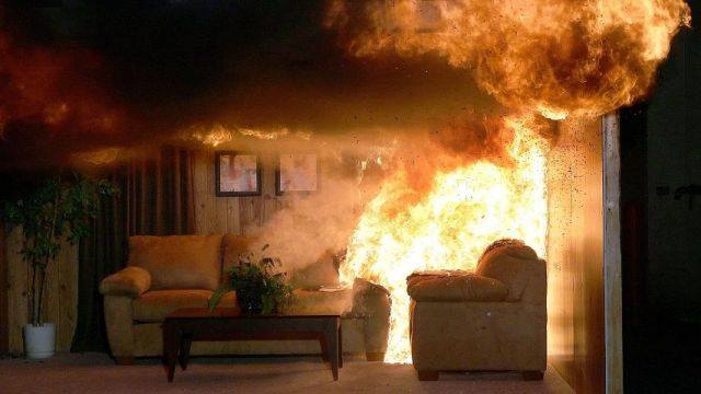 Пожар в ставропольской квартире уничтожил мебель в комнате