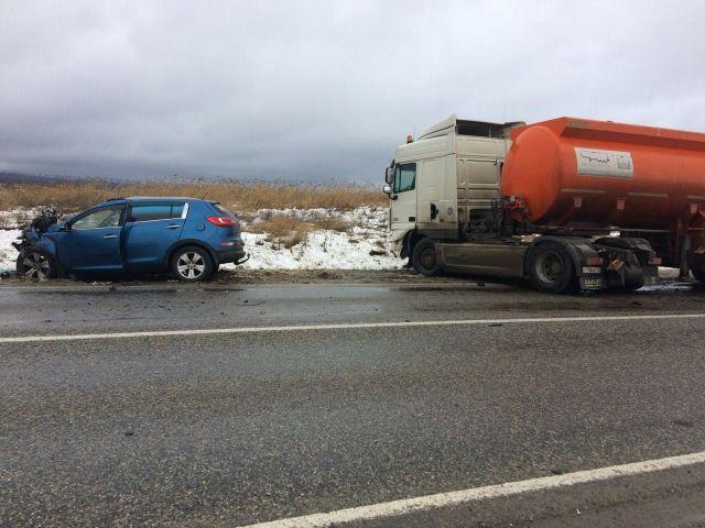 На подъезде к Ставрополю иномарка врезалась в автоцистерну, водитель погиб