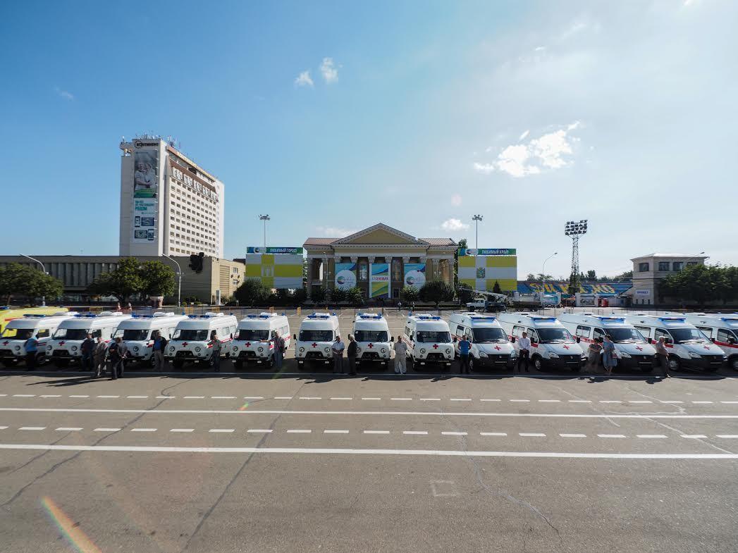 Руководитель Ставрополья вручил ключи отновых авто медиками скорой помощи