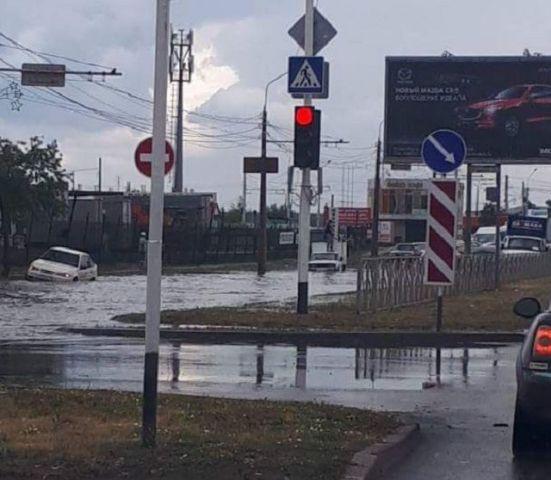 В Ставрополе сильный ливень серьёзно подтопил дорогу на проспекте Кулакова
