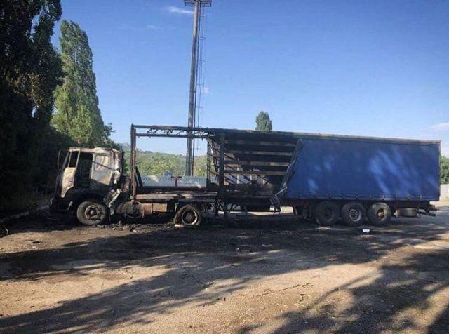 В Пятигорске взорвалась и сгорела фура, водитель ранен