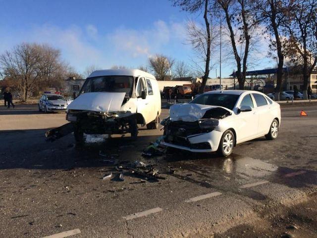 Шесть человек получили ранения при столкновении «ГАЗели» и легковушки на Ставрополье