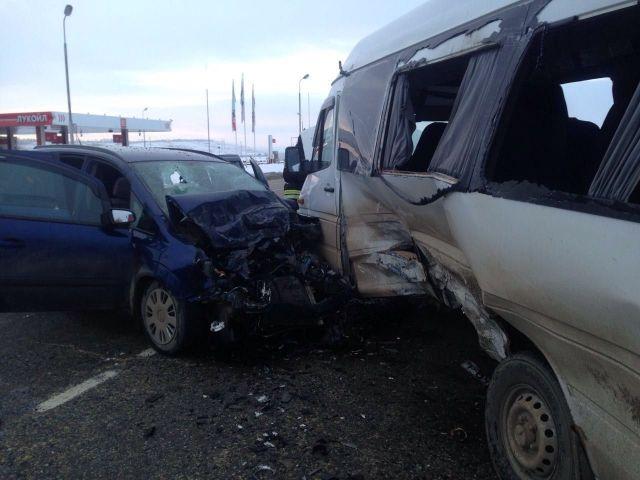 На Ставрополье произошло ДТП с участием легковушки и микроавтобуса