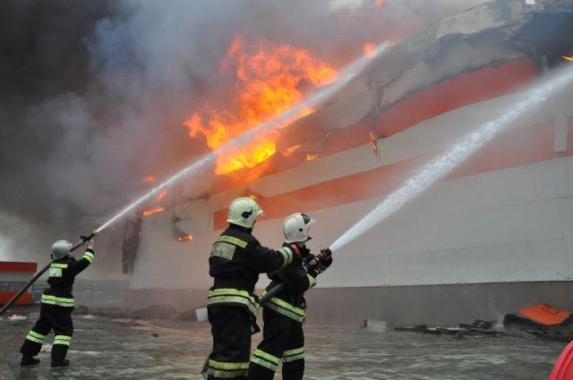 На Ставрополье загорелась мебельная фабрика