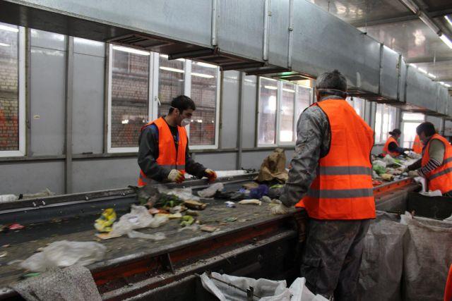 Ставропольским общественникам показали, что происходит с мусором после попадания в контейнер