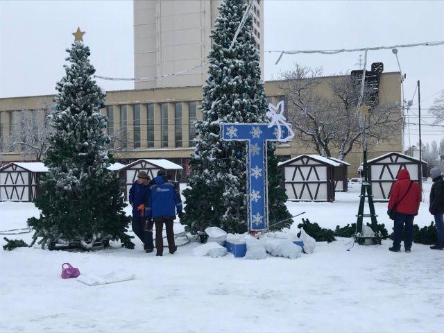 С главной площади Ставрополя убирают праздничные ёлки