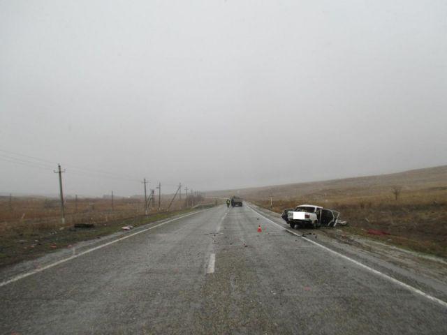 В Ставропольском крае легковушка врезалась в грузовик, есть погибший