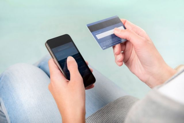 Сотрудница салона сотовой связи обманула ставропольчанку, оформив на неё кредитную карту