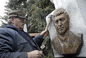 Аллея почетных граждан Ставрополя стала короче