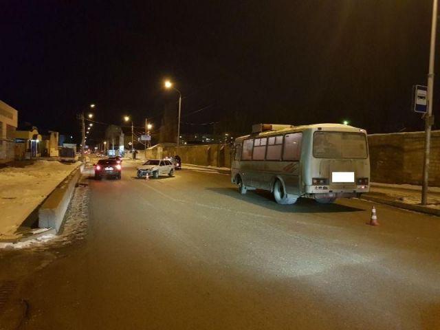В Ставрополе столкнулись автобус с пассажирами и легковой автомобиль