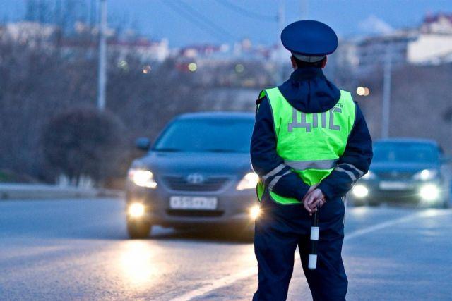 В Ставропольском крае автоинспекторы помогли водителю, застрявшему в кювете