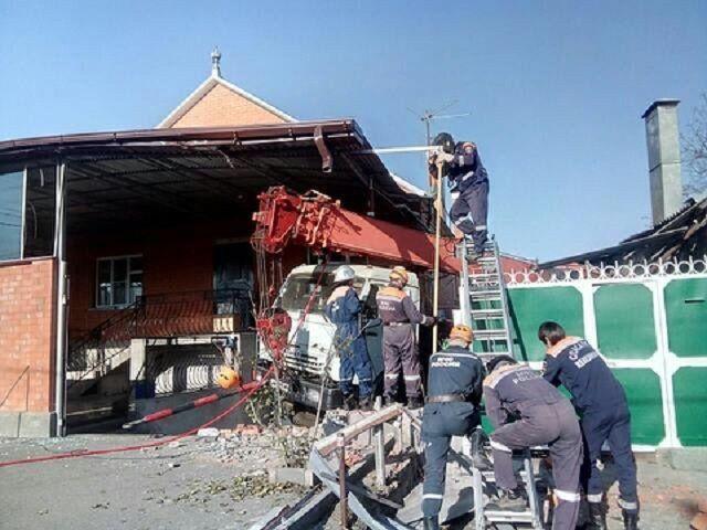 На Ставрополье грузовик с краном въехал в частные дома