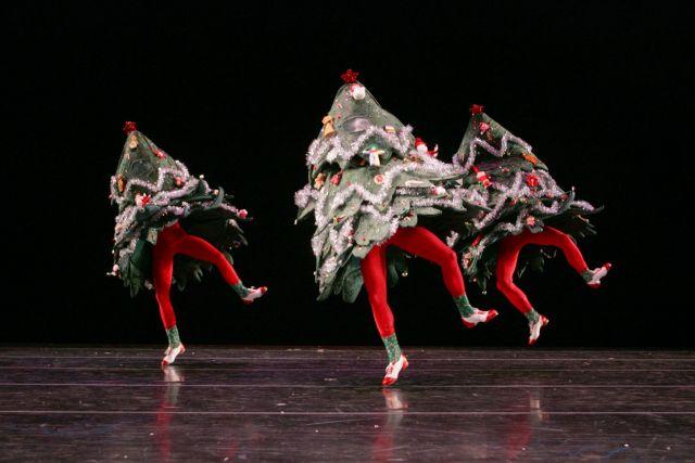 Россиянам порекомендовали в новогоднюю ночь гулять и танцевать