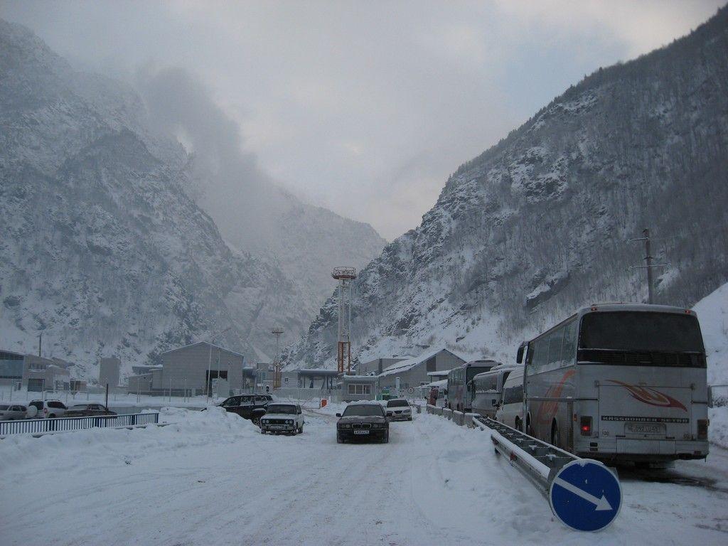 Военно-Грузинскую дорогу закрыли для фургонов иавтобусов из-за непогоды