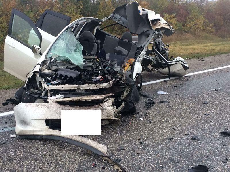 НаСтаврополье легковушка столкнулась с фургоном, три человека погибли