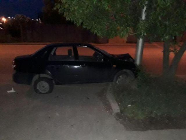 В Ставрополе легковушка врезалась в столб, пострадали два человека