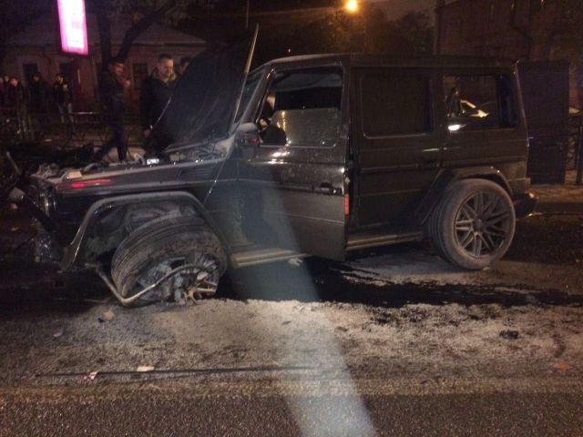 В Пятигорске водитель престижного внедорожника врезался в столб