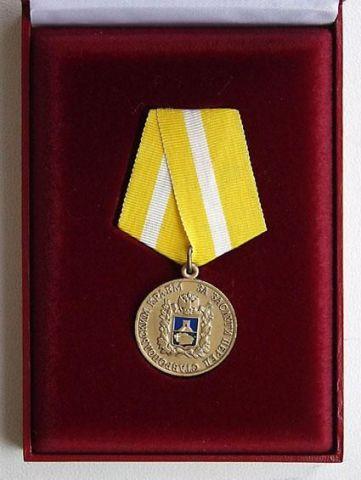 Губернатор вручил медаль «За заслуги перед Ставропольским краем» поэту В.Гнеушеву