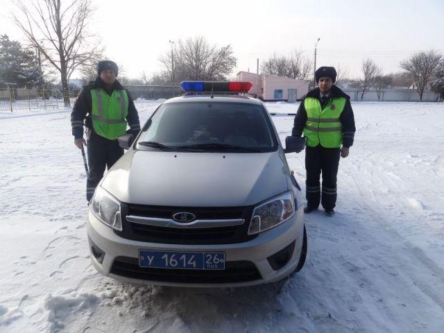 Ставропольские автоинспекторы оказали помощь водителю и пассажирам такси