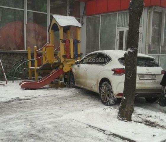 В Ставрополе автомобиль въехал в детскую площадку возле универсама