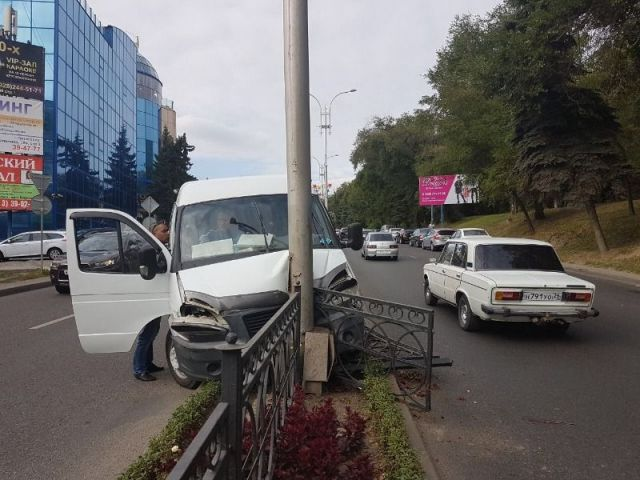 В Пятигорске маршрутка врезалась в фонарный столб, есть пострадавшие