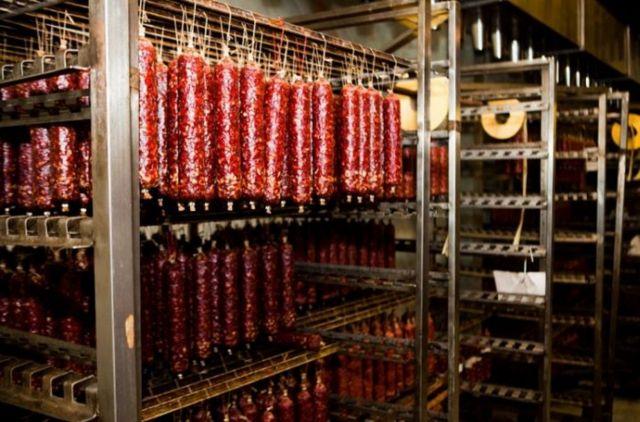На Ставрополье работник предприятия несколько месяцев крал колбасу