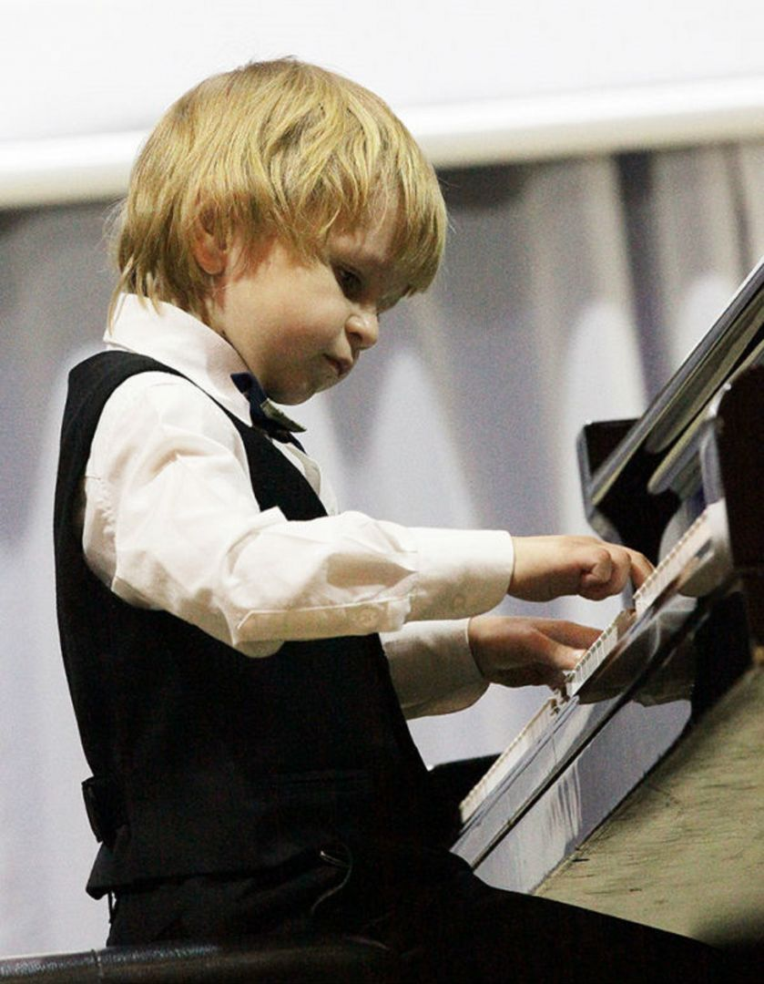 Юный музыкант Елисей Мысин получил в подарок от главы Ставрополя чешское фортепиано
