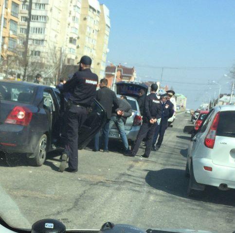 В центре Ставрополя прошла операция по задержанию подозреваемых в незаконном обороте наркотиков