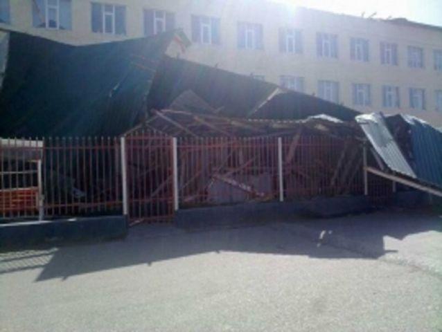 В селе Сенгилеевском порывом ветра снесло кровлю школьного спортзала