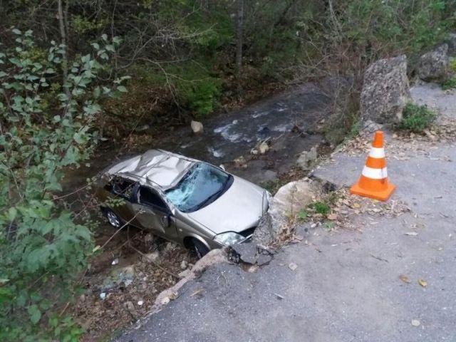 В Кисловодске автомобиль с людьми упал с обрыва в реку