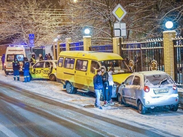 В Ставрополе вечером 30 ноября произошло ДТП с участием пассажирской маршрутки и двух легковушек