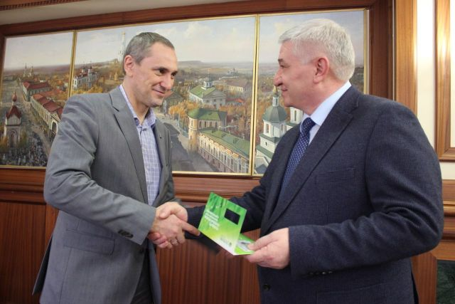 Глава Ставрополя Андрей Джатдоев один из первых получил национальную платёжную карту «Мир»