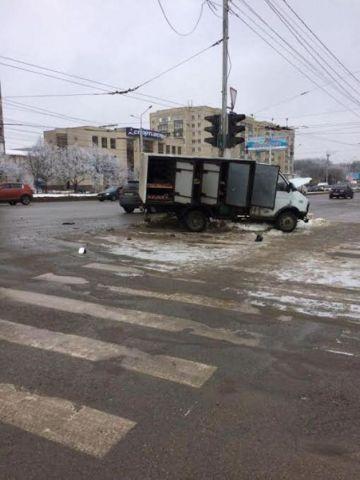 В Ставрополе легковушка столкнулась с грузовиком, есть пострадавшие