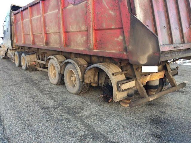 В Ставропольском крае у грузовика на ходу отлетело колесо и врезалось в легковушку