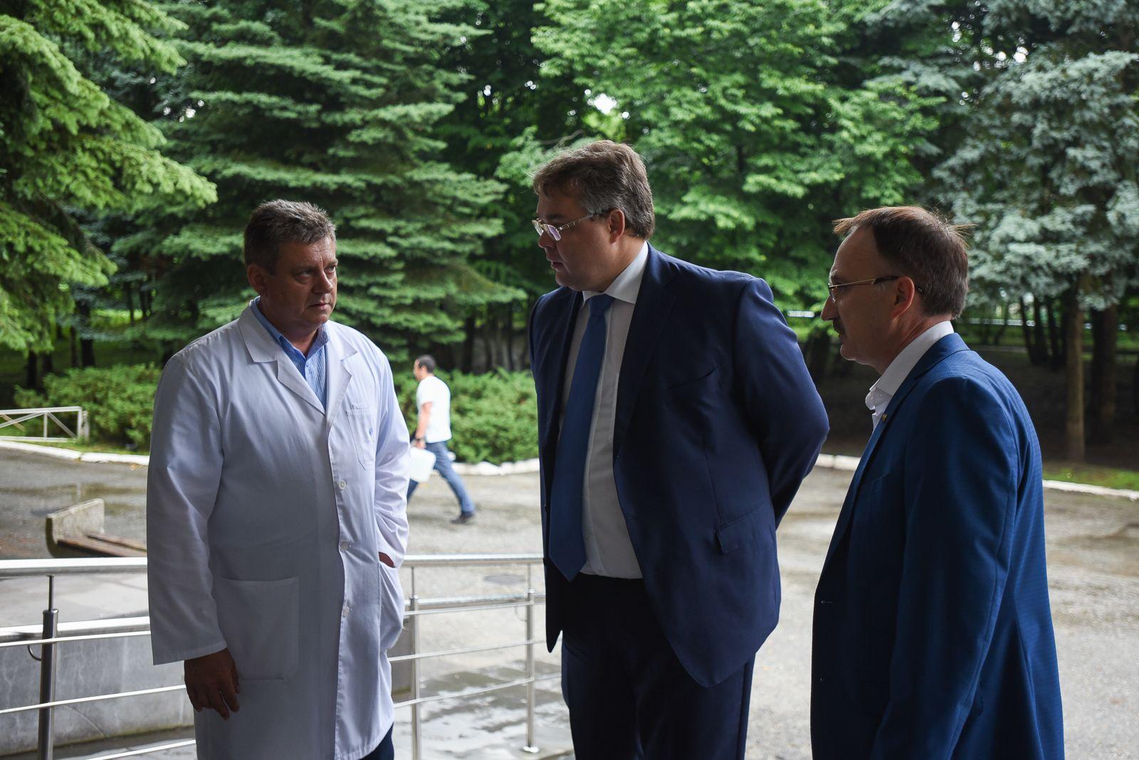 Губернатор Ставропольского края навестил подростка, раненного при задержании бандита
