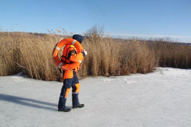 Ставропольские спасатели помогли провалившемуся под лёд рыбаку