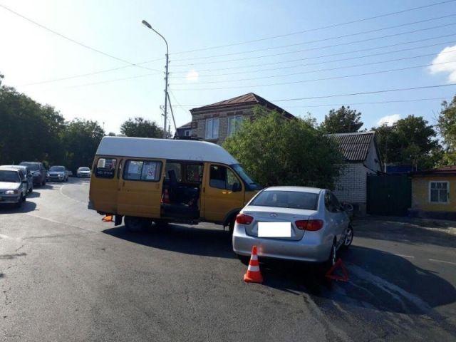 В Ставрополе при столкновении маршрутки и легкового автомобиля пострадали 4 человека