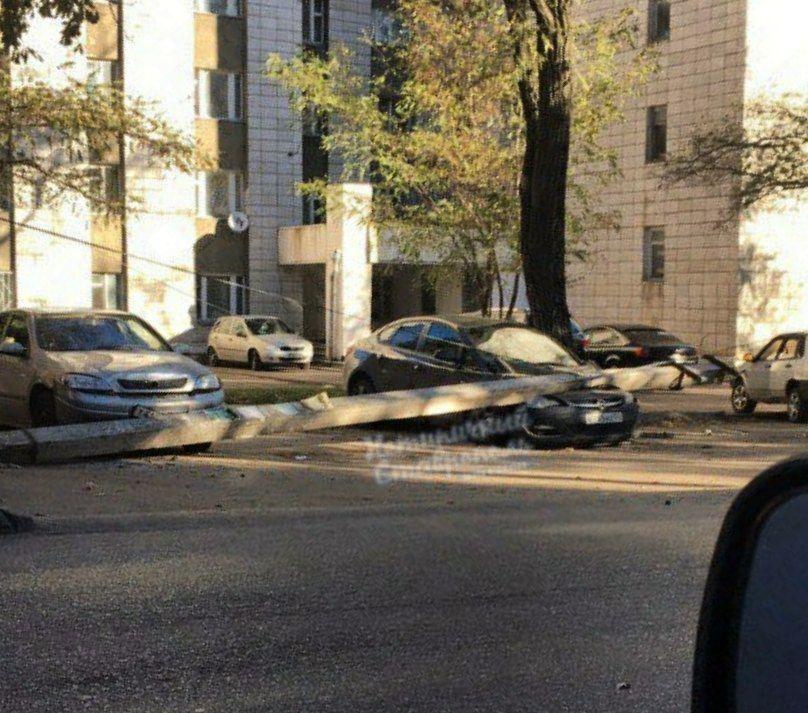 Рухнувший столб раздавил припаркованные автомобили вСтаврополе