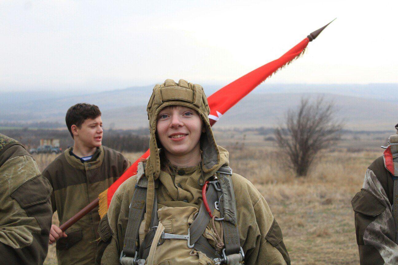 Юнармейцы из Георгиевска совершили первые в 2018 году прыжки с парашютами