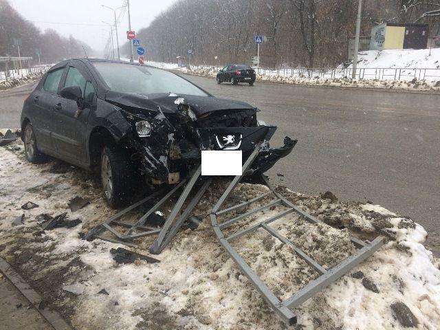 Лишённый прав водитель сбил дорожное ограждение в Ставрополе