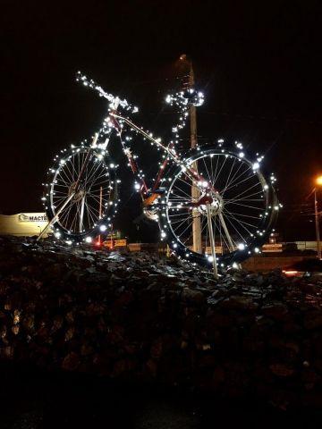 Новогодними гирляндами украсили гигантский велосипед в Ставрополе