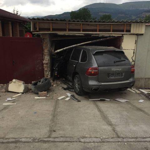 Дорогая иномарка протаранила гараж в Кисловодске