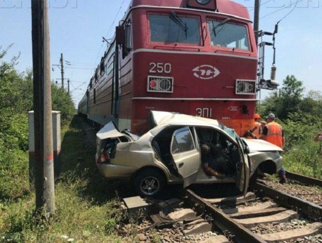 Водитель и пассажир иномарки со ставропольскими номерами погибли при столкновении с поездом на Кубани