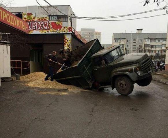 В Пятигорске грузовик с песком провалился в яму на дороге