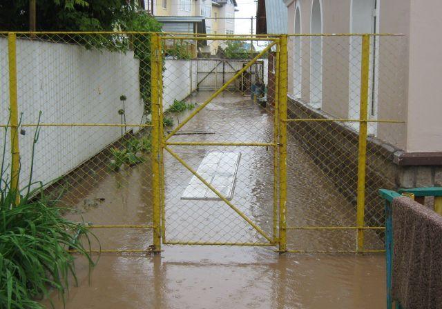 Из-за сильных ливней на Ставрополье подтоплены дворы жителей села Левокумка и посёлка Первомайский