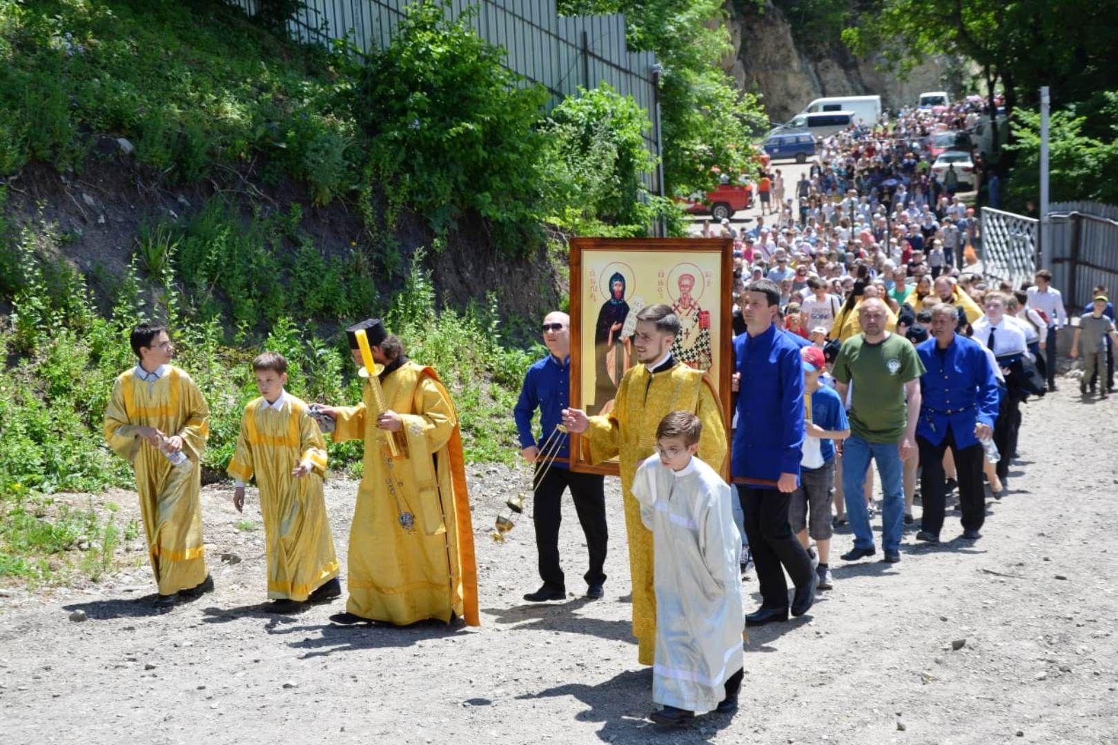 Молодёжный крестный ход поднялся к Бештаугорскому монастырю на Ставрополье