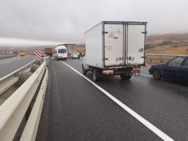 В Ставропольском крае грузовик влетел в разделительный отбойник