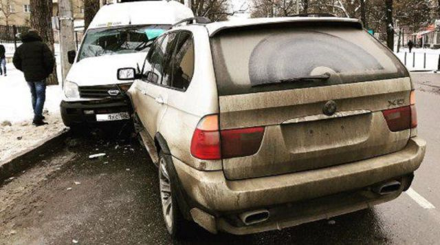 В Ставрополе внедорожник столкнулся с маршруткой, пострадала 51-летняя женщина