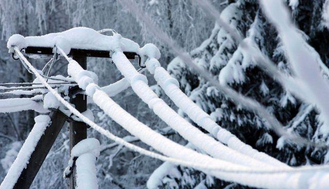 Ставропольские энергетики отключают свет, чтобы растопить лёд на линиях электропередачи